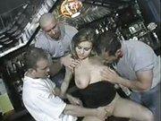Geile Hausfrau beim Gruppenfick in der Bar